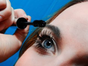 eliminar maquillaje para evitar el síndrome del ojo seco
