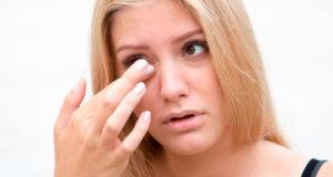 Cómo afectan los cosméticos a los ojos secos